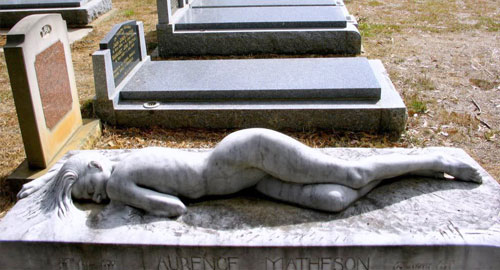 夫への愛を込めたお墓アート