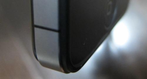 『iPhone 4』左手で握ると電波が圏外に!?