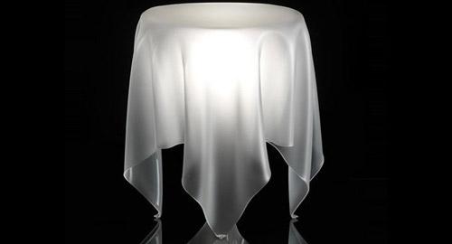 プロダクトデザイン: 宙に浮いているように見える家具