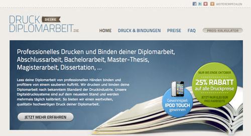 Webデザイン: ベージュと濃い青の配色が美しいサイト