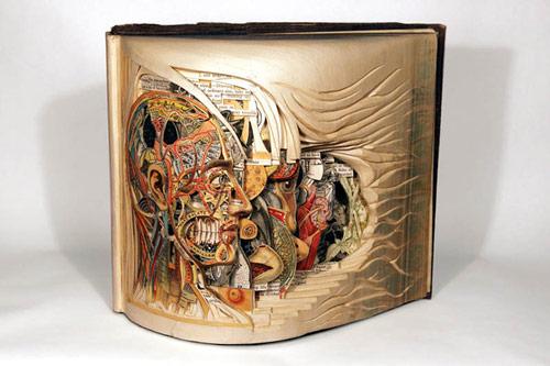 分厚い本を彫刻したアート