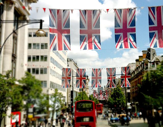 街は国旗だらけ!